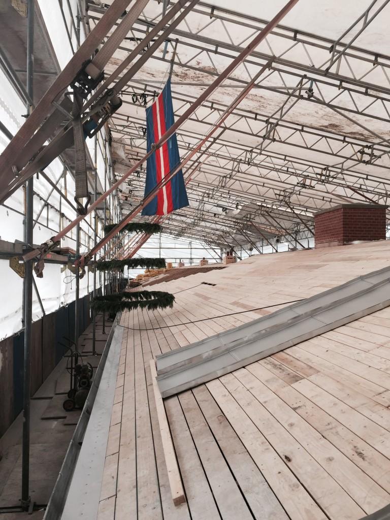 Den meget store restaurering omfatter blandt andet udskiftning det sjældne aluminiumstag på de tre bygningsfløje. Foto: FrederiksbergFonden.