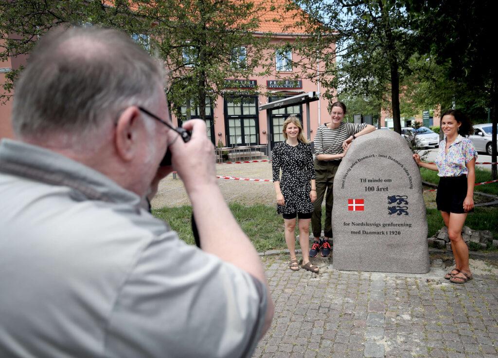 Unge markerer genforening med en 100 års sten